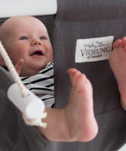 Grå babygunga Oden från Videung of Sweden i ljusgrått. Glad baby som gungar den.